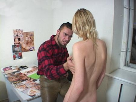 Похотливая блонда исполняет желания парня