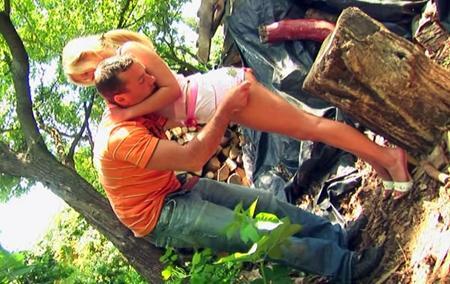 Парень трахнул девственницу в лесу